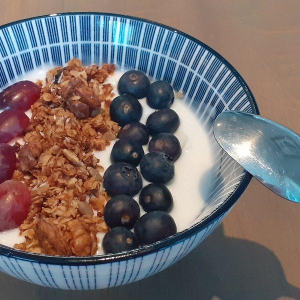 Ontbijt kokosyoghurt met zelfgemaakte granola
