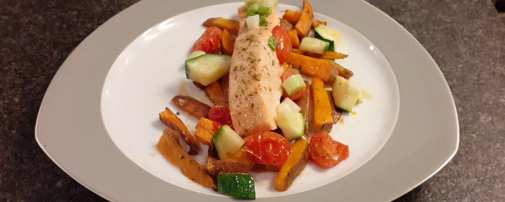 Zalm met groenten en zoete aardappelfrietjes